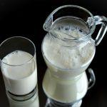 Dlaczego nie warto pić krowiego mleka?