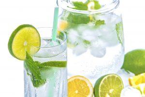 Odpowiednie nawodnienie – które napoje najlepiej nawadniają