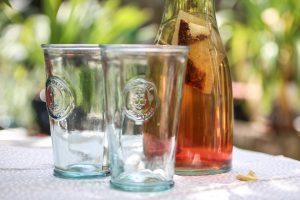 Jakie zdrowe napoje na ochłodę wybrać podczas letnich upałów?
