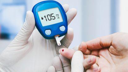 Śpiączka cukrzycowa – diabetolog wykonujący u pacjentki badanie glukozy.